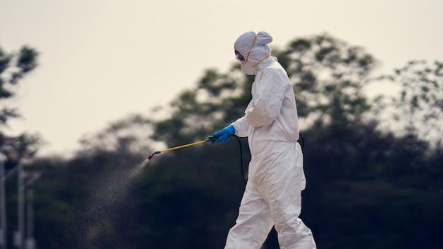 Gli scienziati virologici indossano kit dpi per ripulire i virus.