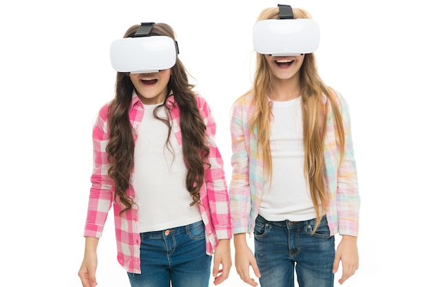 Educazione virtuale. i bambini indossano hmd esplorano la realtà virtuale o aumentata. tecnologia del futuro. le ragazze interagiscono con la realtà informatica. gioca al gioco cibernetico e studia. educazione moderna. tecnologie educative alternative.