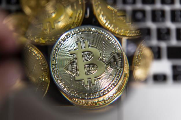 Bitcoin d'argento di denaro virtuale sotto una lente di ingrandimento