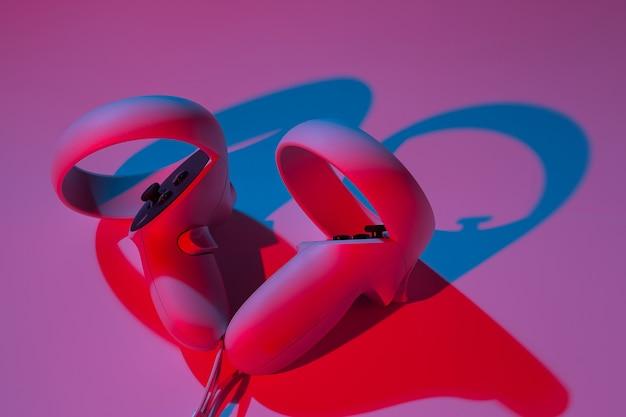 Controller di realtà virtuale per giochi online e cloud su sfondo bianco in luce al neon