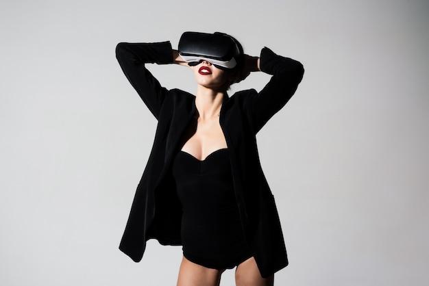 Giochi di realtà virtuale d occhiali bella ragazza che fa esperienza con l'auricolare vr sta usando aumentato
