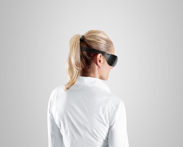 Vetri di realtà virtuale, usura sulla donna, isolati