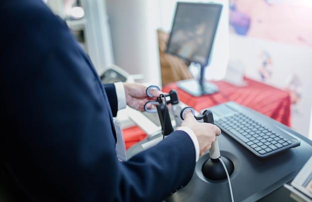 Simulatore chirurgico virtuale per studenti di tecnologie robotiche chirurghi nella formazione