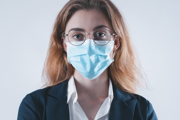 Maschera virus donna d'affari protezione del viso nella prevenzione per coronavirus o covid 19, giovane donna d'affari con maschera su sfondo bianco, pandemia di coronavirus e protezione nel 2020