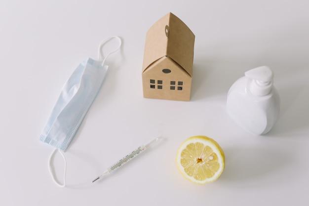 Prevenzione e trattamento del virus maschera medica per la disinfezione delle mani vitamine resta a casa concetto coronavirus covid19 sfondo