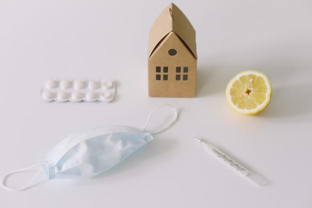 Prevenzione e trattamento del virus maschera medica per la disinfezione delle mani vitamine resta a casa concetto coronavirus covid19