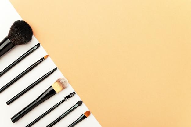 Strumenti professionali visagiste per l'applicazione di cipria, fondotinta per viso, ombretto, eyeliner, blush