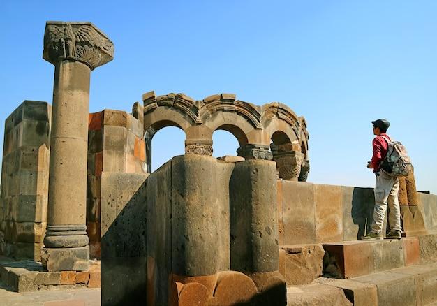 Visitatore ammirando la cattedrale di zvartnots, patrimonio mondiale dell'unesco nella provincia di armavir in armenia