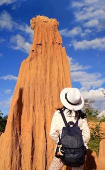 Visitatore impressionato dalla formazione rocciosa del lalu thailands canyon nella provincia di sa kaeo thailand