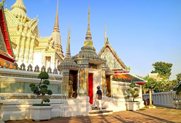 Visitatore entrando al tempio del buddha sdraiato o wat pho città vecchia di bangkok thailandia