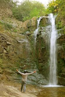 Visitatore impressionato dalla cascata leghvtakhevi nel vecchio quartiere di tbilisi, georgia
