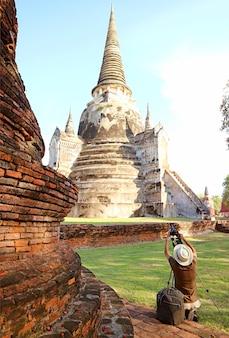 Visitatore di scattare le foto della famosa pagoda storica di wat phra si sanphet nel parco storico di ayutthaya, thailandia