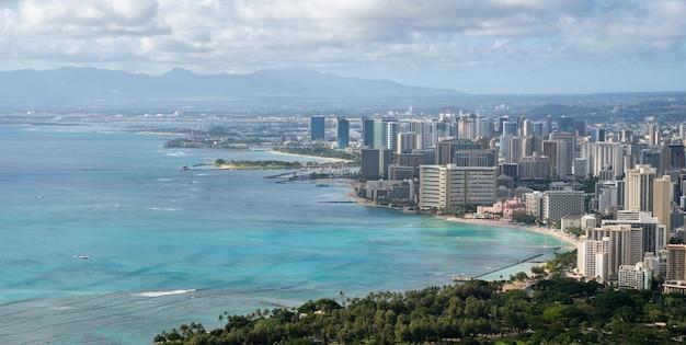 Vista sulla città costiera con acque azzurre