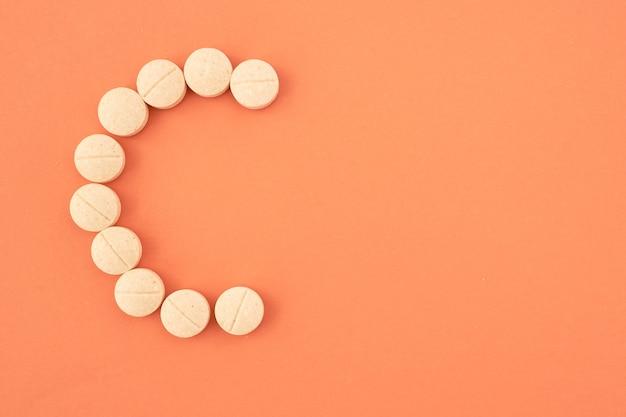 Pillole di vitamina c sul copyspace di colore di sfondo vista dall'alto