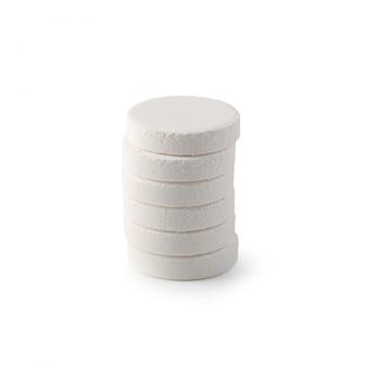 Compresse effervescenti della vitamina isolate su bianco