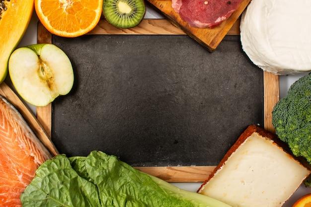 Vitamina a in cibo e sfondo mockup lavagna