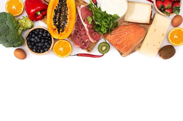 Vitamina a negli alimenti isolati su sfondo bianco