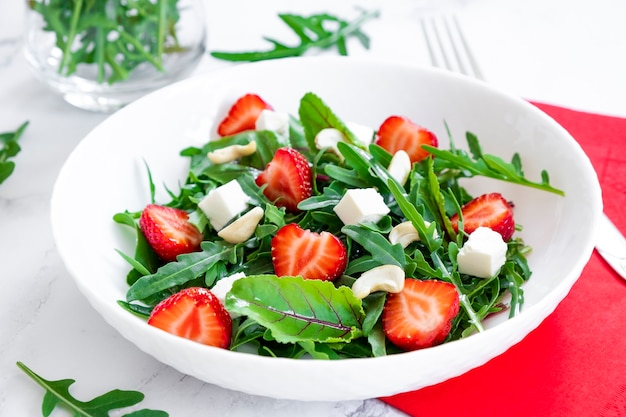 Insalata vitaminica di fragole con cime di barbabietola formaggio e anacardi frutta detox e antiossidanti