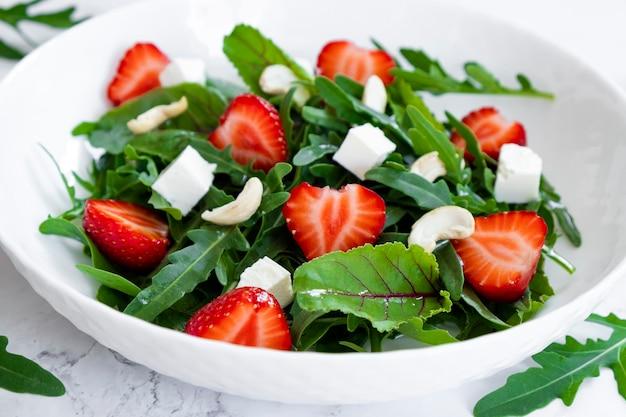 Insalata vitaminica di fragole con spinaci e anacardi con insalata e frutti di fragola
