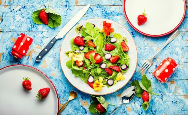 Insalata vitaminica con fragole, spinaci, nasturzio e rucola. insalata dietetica sana