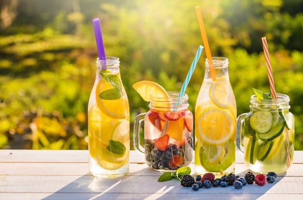 Acqua vitaminica con limone e lamponi in vasetto