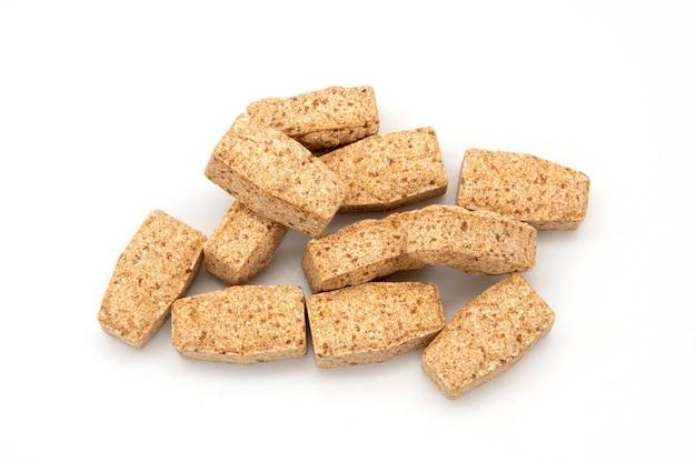 Vitamine per bambini, come caramelle di gelatina. vitamine in un barattolo su bianco