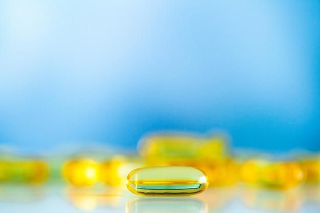 Integratori vitaminici e olio di pesce in capsule gialle