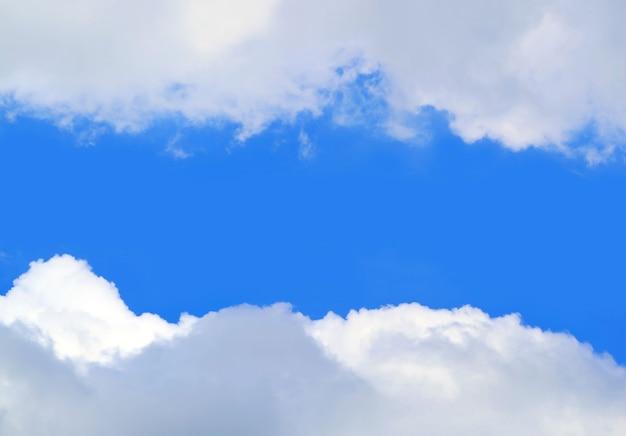Vivid blue sunny sky tra nuvole bianche con spazio di copia
