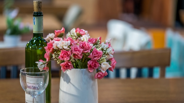 Vividi fiori rosa in vaso