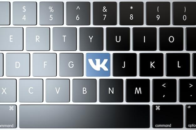 Icona vkontakte sulla tastiera del computer portatile. concetto di tecnologia