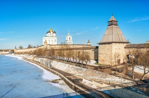 Torre vlasyevsky del cremlino di pskov