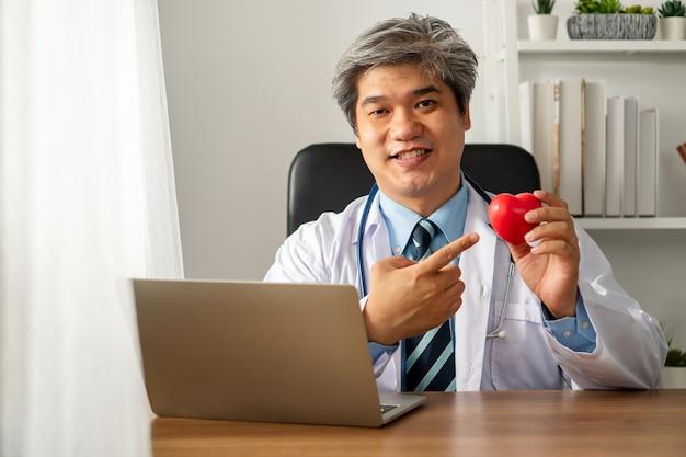 Vlog influencer medico blogger asiatico che registra video blog per educare sulle malattie cardiache per il paziente