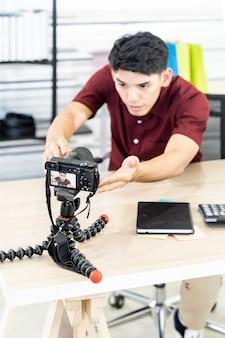 Vlogger blogger ha impostato la videocamera live