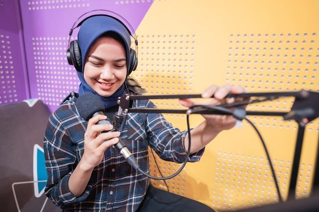 Una ragazza vlogger sta registrando un podcast in studio