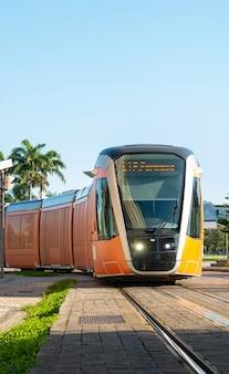 Treno vlt, mezzo di trasporto pubblico ampiamente utilizzato nel centro della città di rio de janeiro in brasile.