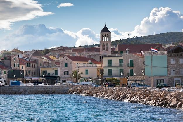 Vodice è una piccola città storica sulla costa adriatica in croazia