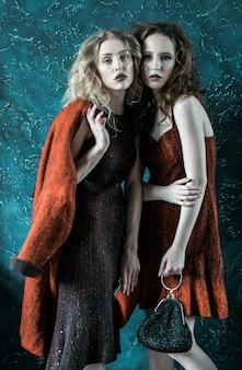 Foto in stile vogue di due donne della moda, toni freddi