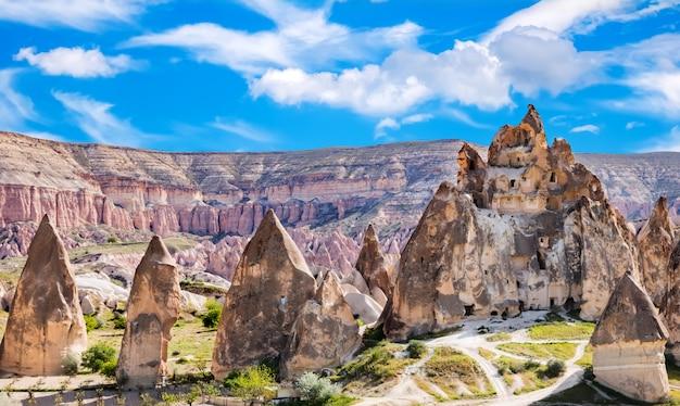 Paesaggio vulcanico nel parco nazionale di goreme. cappadocia, turchia