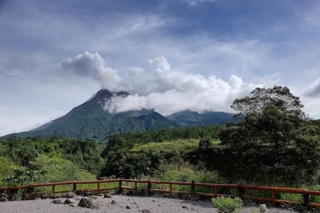 Eruzione del vulcano del monte merapi nell'isola di giava yogyakarta indonesia