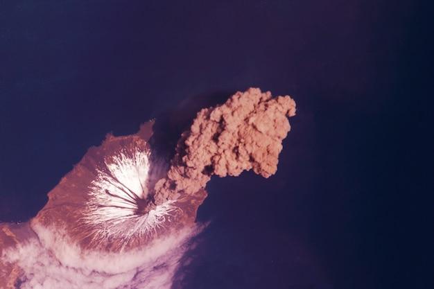 Vulcano dallo spazio gli elementi di questa immagine sono stati forniti dalla nasa. foto di alta qualità