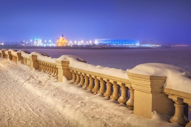 Argine del volga e cattedrale alexander nevsky a nizhny novgorod in inverno
