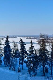 Costa del fiume volga in inverno