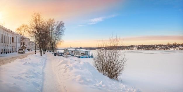L'argine del fiume volga a plyos nella neve alla luce del sole invernale al tramonto