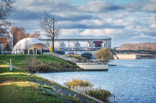 Argine del fiume volga e vista del museo della centrale idroelettrica a uglich sotto i raggi del sole autunnale