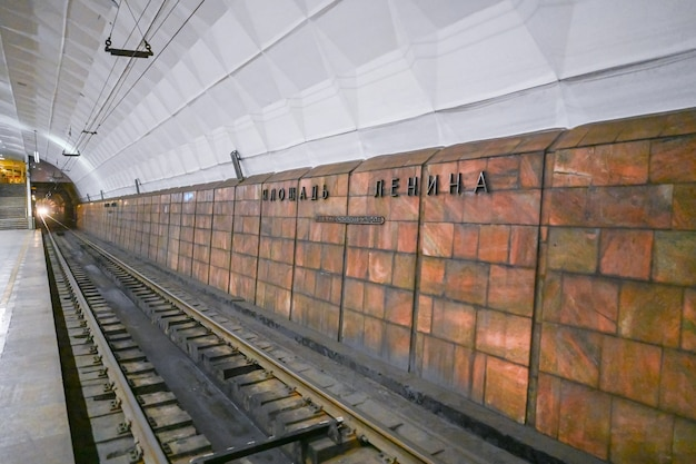 Volgograd, russia - 10 aprile 2021: metrotram o tram sotterraneo in piazza lenin. la rivista forbes ha incluso il tram della metropolitana di volgograd nell'elenco delle linee di tram più interessanti del pianeta.