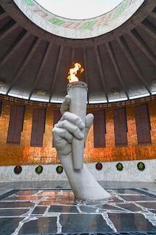 Volgograd, russia - 30 maggio 2021: fiamma eterna. la guardia d'onore nella sala della gloria militare agli eroi della battaglia di stalingrado su mamayev kurgan a volgograd.