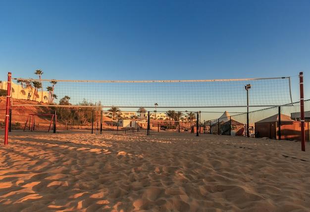 Rete da pallavolo al mattino sulla spiaggia egitto