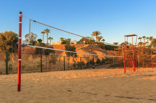 Rete da pallavolo al mattino sulla spiaggia