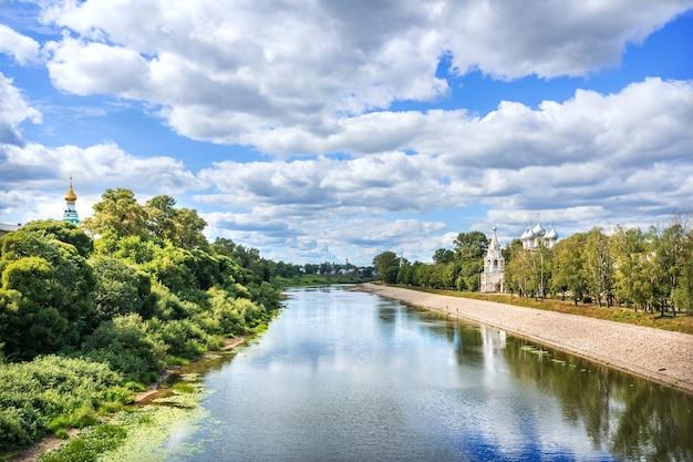 Il fiume vologda e la chiesa di san giovanni crisostomo in una giornata di sole estivo