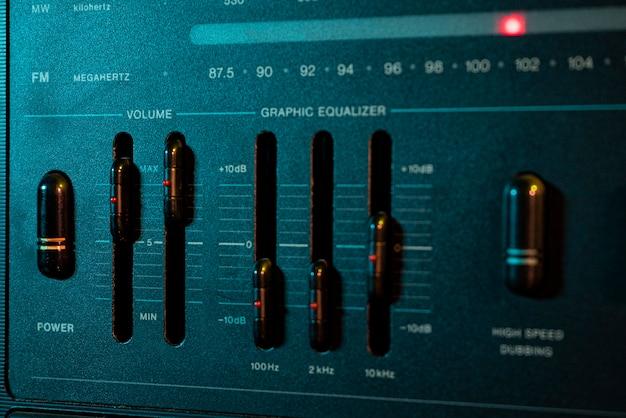 Dettagli del controller del volume e dell'equalizzatore in un vecchio impianto stereo